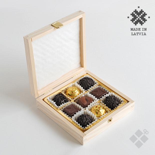 9 šokolādes konfektes koka kastītē